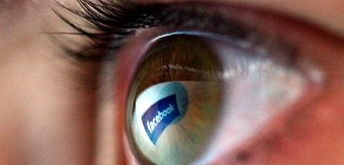 Facebook-Logo spiegelt sich in einem Auge