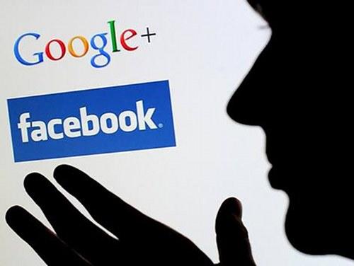 Ein Schatten vor den beiden Logos von Google Plus und Facebook; eine schattenhafte Hand greift nach diesen Logos