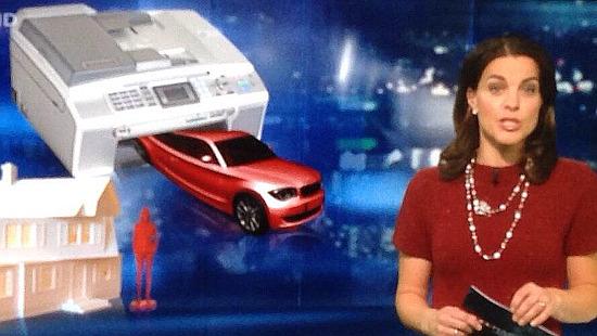 Hintergrundbild zu einer Nachrichtensendung mit einem Tintenstrahldrucker, aus dem ein Auto kommt