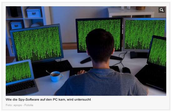 Ein Mensch sitzt vor insgesamt fünf Monitoren unterschiedlicher Geräte (darunter ein Notebook und ein Netbook), auf denen jeweils ein Matrix-Bildschirmschoner läuft. Darunter der Text: 'Wie die Spy-Software auf den PC kam, wird untersucht'